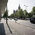 Overzicht met straatbeeld, trambaan op de voorgrond - 's-Gravenhage - 20387556 - RCE.jpg
