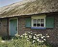 Overzicht van een deur en een venster met luiken in de linker zijgevel van de boerderij - Rouveen - 20387863 - RCE.jpg