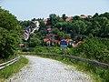 Přední Kopanina, zrušená silnice od letiště, pohled na vesnici.jpg