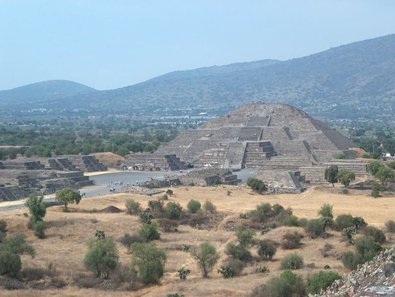 File:Piramide de la Luna en Teotihuacan.jpg