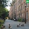 foto van Modelblok arbeiderswoningen van de Vereeniging ten behoeve der Arbeidersklasse te Amsterdam, voorbeeldproject met etagewoningen dat navolging moest krijgen, uitgevoerd met sobere, slechts door risalieten gelede gevels in opmerkelijk vrije eclectische trant