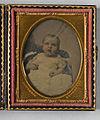 Porträtt av ett litet barn i vit klänning - Nordiska Museet - NMA.0052904 1.jpg