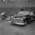 Prinselijk paar in Den Helder. Prins Bernhard staat in zijn stafauto gadeslagen , Bestanddeelnr 902-8192.jpg