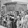 Publiek, waaronder een man met een sjofar (ramshoorn) in de hand, bij de militai, Bestanddeelnr 255-1011.jpg