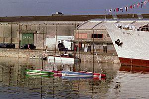 Quatre maquettes de voilier sur l' eau.jpg
