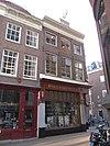 foto van Hoekhuis met gevel onder rechte lijst waarop dakkapel