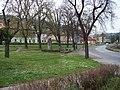 Radotín, náměstí Osvoboditelů, park s pomníkem.jpg