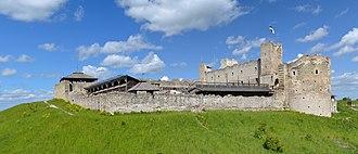 Rakvere - Image: Rakvere linnuse varemed vallikraaviga 1