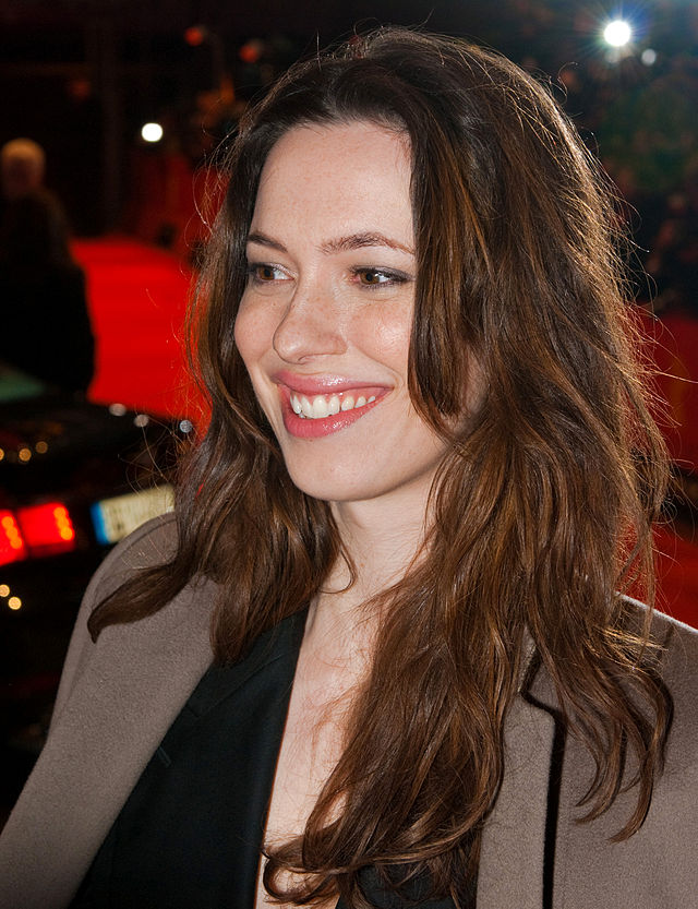 The 35-year old daughter of father Peter Hall and mother Maria Ewing, 175 cm tall Rebecca Hall in 2018 photo