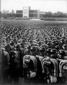 Photo noir et blanc montrant des milliers de paramilitaires allemands, en uniforme et casqués, en train d'assister à un congrès du parti nazi, le 11 septembre 1935 à Nuremberg.