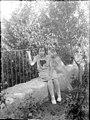 Retrat d'una nena asseguda al jardí (AFCEC RIBASV C 2538).jpeg
