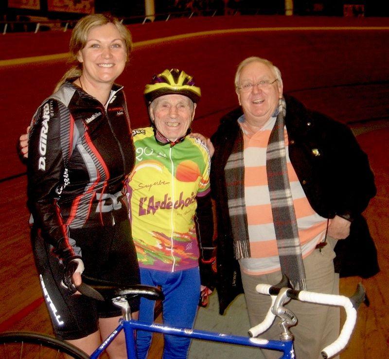 Robert Marchand (au centre) en février 2012, accompagné de Magali Humbert-Faure à gauche | Photo : Wikimedia