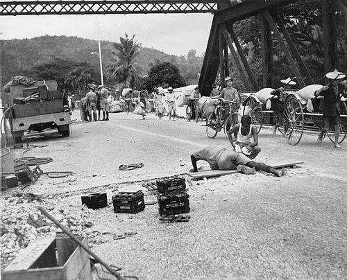 マレー半島の橋梁を破壊するため爆薬を設置するイギリス軍工兵