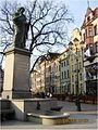 Rynek Staromiejski, pierzeja wschodnia z Kamienicą pod Gwiazdą, na pierwszym planie pomnik Mikołaja Kopernika (Ola Z.).jpg