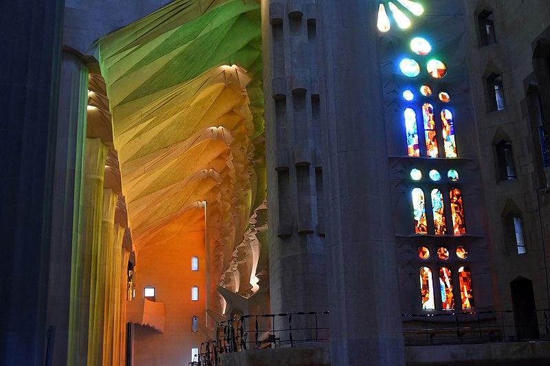File:Sagrada Familia, interior (21) (31130118082).jpg