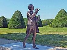 Bronzeplastik Joseph Haydn im Park von Schloss Esterháza (2013) (Quelle: Wikimedia)