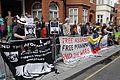 Simpatizantes de Julian Assange se reúnen en los exteriores de la embajada ecuatoriana en Londres. (9058163847).jpg