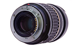English: A lens showing the Sony Alpha mount w...
