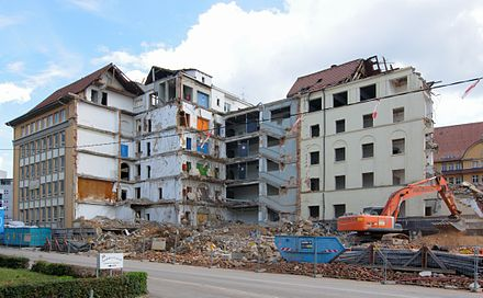 Demolition work on the rear section of the former Deutsche Bahn divisional headquarters in Heilbronner Straße in August 2012