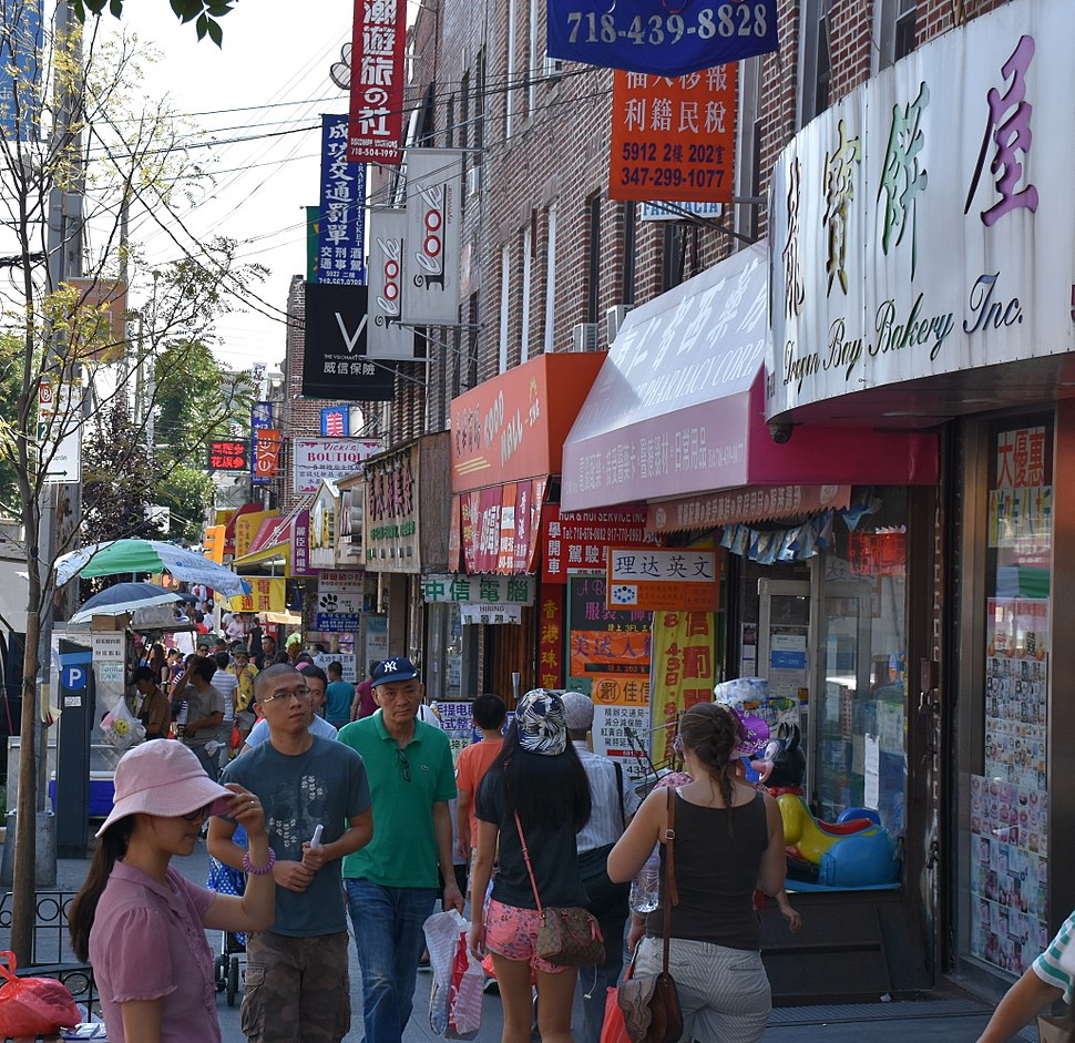 ‪ 8th Avenue in Sunset Park (日落公園), the hub of Brooklyn's largest Chinatown, seen in 2015. ‬