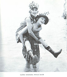 Inizio di carriera: tra le Bathing Beauties anche Swanson e Phyllis Haver (1917)