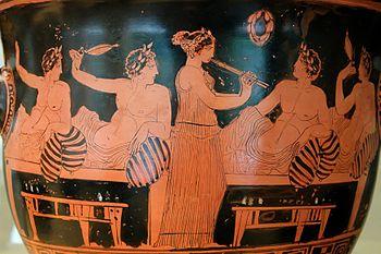 Σκηνή από συμπόσιο: οι συνδαιτημόνες παίζουν κότταβο ενώ μία κοπέλα παίζει αυλό. Αττικός ερυθρόμορφος κρατήρας, Εθνικό Αρχαιολογικό Μουσείο της Μαδρίτης, 420 π.Χ. περίπου.