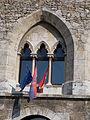 Tatai vár. Csúcsíves keretbe foglalt háromosztatú ablak, zászlókkal. ID 6470. - Tata.JPG