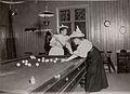 Th Beatrice Keiller (G. Wallenberg senare) och Greta Westin (G. Ström) spelar biljard i societetssalongen bakom reataurangen - Nordiska Museet - NMA.0032618.jpg