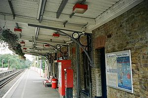 Thames Ditton railway station - Image: Thamesditton 1shelter