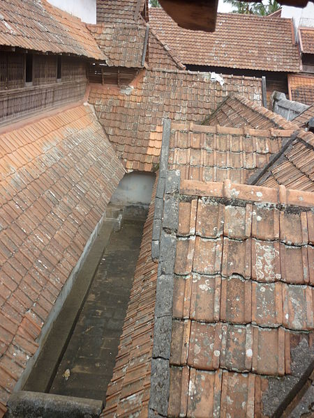 படிமம்:Tiles roof of padmanabapuram palace.jpg