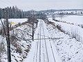 Toglinja sørover sett fra gangbrua over Storskjæringa ved Sørumsgata, Ringerike.jpg