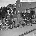 Tour de lAvenir , de renners met hun ploegleider Sjefke Janssen voor de bus, Bestanddeelnr 917-8768.jpg