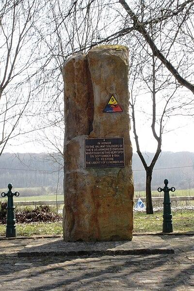 Monument fir déi 5. US Armored Division bei der Gréivelsbarrière zu Bartreng