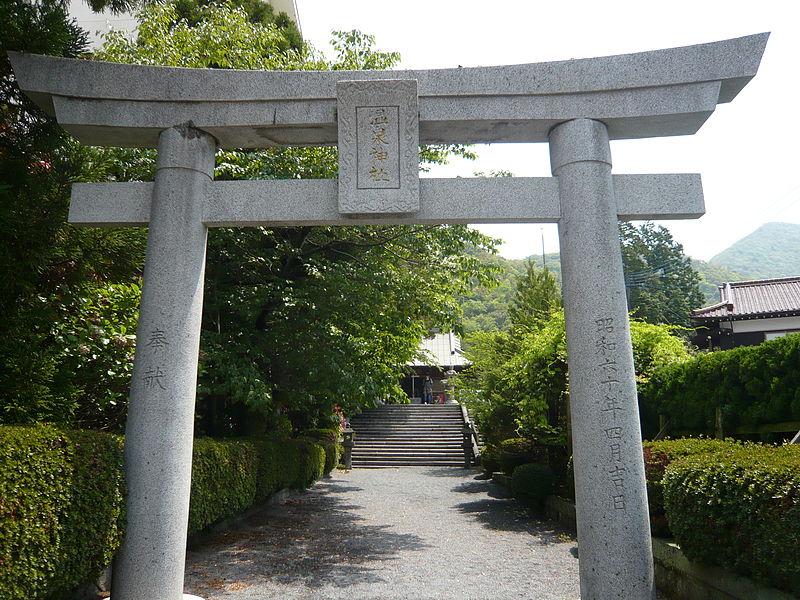 https://upload.wikimedia.org/wikipedia/commons/thumb/0/0e/Unzen_onsen_jinja.JPG/800px-Unzen_onsen_jinja.JPG