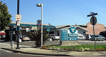 English: A typical Valero gas station, in Moun...