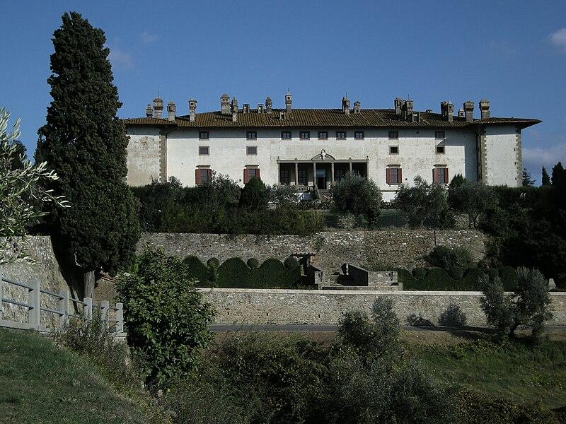File:Villa 100 camini.jpg