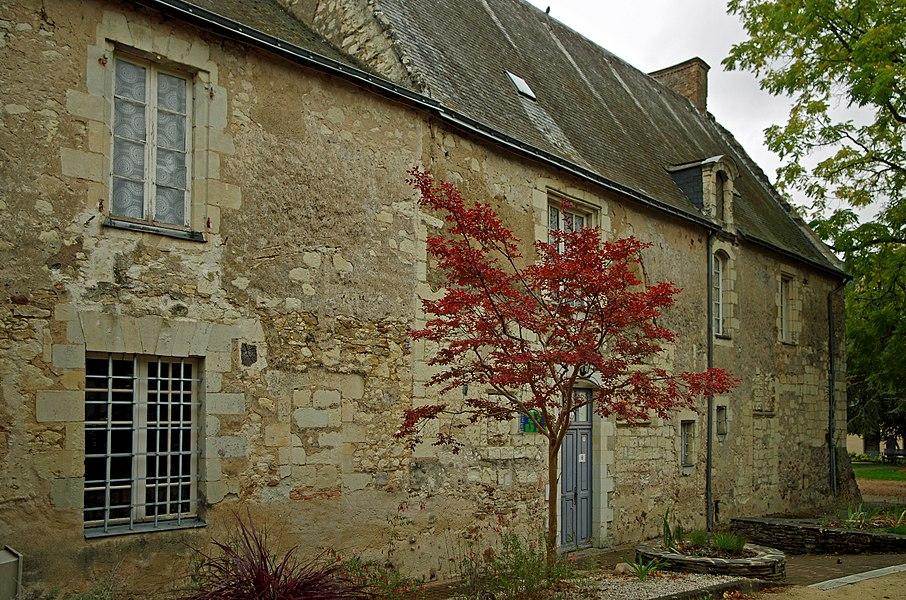 Villevêque (Maine-et-Loire)  Le presbytère.    Le presbytère, situé face à l'église, conserve la porte d'entrée en arc surbaissé et ses lucarnes du XVIIème. Le bâtiment principal est contemporain de l'église (XIIe, XIIIe)  Il fut vendu, avec le jardin,  comme bien national,  le 26 prairial an IV  (mardi 14 juin 1796), a un bourgeois d'Angers, le citoyen Florent Manceau, perruquier.   Il est racheté par la commune le 16 juin 1825. Des travaux de restauration sont exécutés en 1826 et 1857.  www.villeveque.fr/sitemairie/3/tourisme/patrimoine/