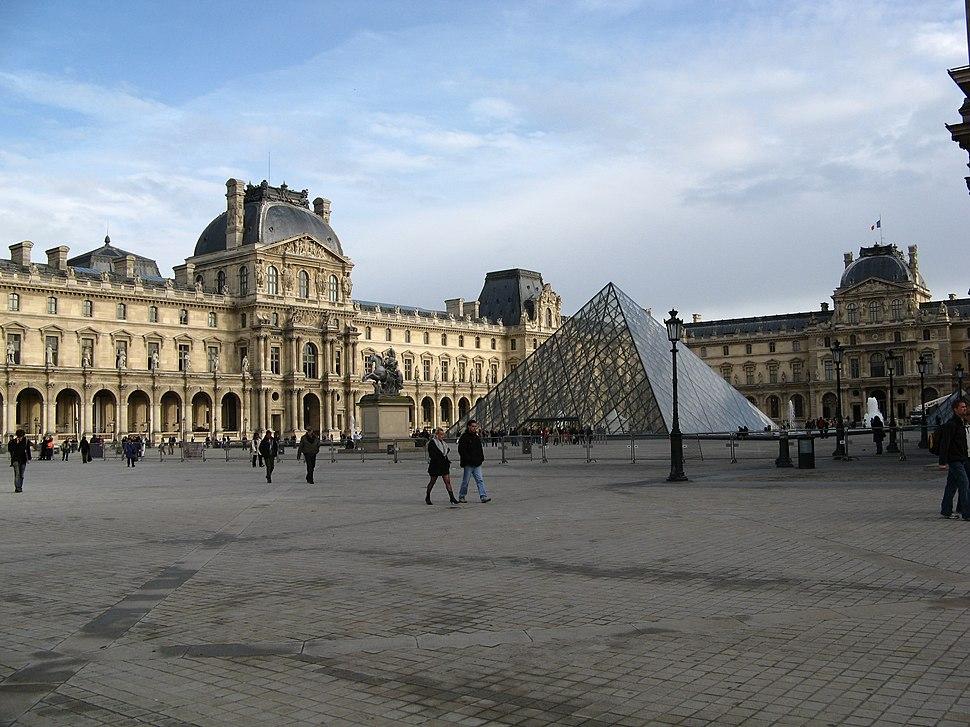 Vista exterior del Museo del Louvre