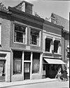 foto van Gepleisterde lijstgevel voor huis van parterre en verdieping met schilddak