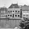 Voorgevels koopmanshuizen, nr. 5 met hoekschoorstenen en nr. 6 met rieten dak - Alphen aan den Rijn - 20293539 - RCE.jpg