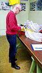 Włodzimierz Karsznia, odłącza pilocik sprężynowy spadochronu.jpg