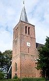 foto van Toren met ingesnoerde spits; drie geledingen, in de eerste toegang in een hoge spitsboognis, in de tweede smalle lichtspleet in de vrijliggende zijden, in de derde aan elke zijde twee gekoppelde galmgaten