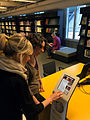 Wikipedia-collections-kiosk-textielmuseum-3.jpg