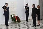 Złożenie kwiatów przez marszałka Sejmu Marka Kuchcińskiego i wicemarszałek Beatę Mazurek pod tablicą śp. prezydenta Lecha Kaczyńskiego.jpg