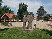 Zenepavilon, a Család szobor és a Faluház, 2019 Erdőkertes.jpg