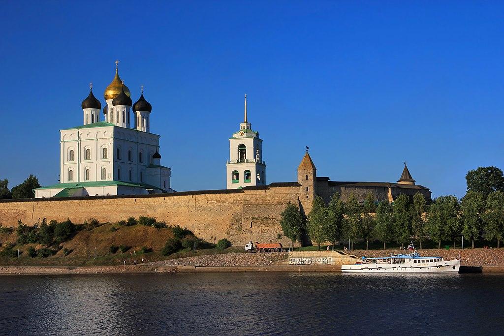 Вид на Псковский кром с реки Великой