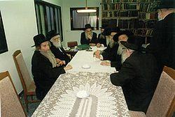 """הרב שך (שני משמאל) בישיבה הראשונה של מועצת גדולי התורה של דגל התורה, תשמ""""ט, 1989"""