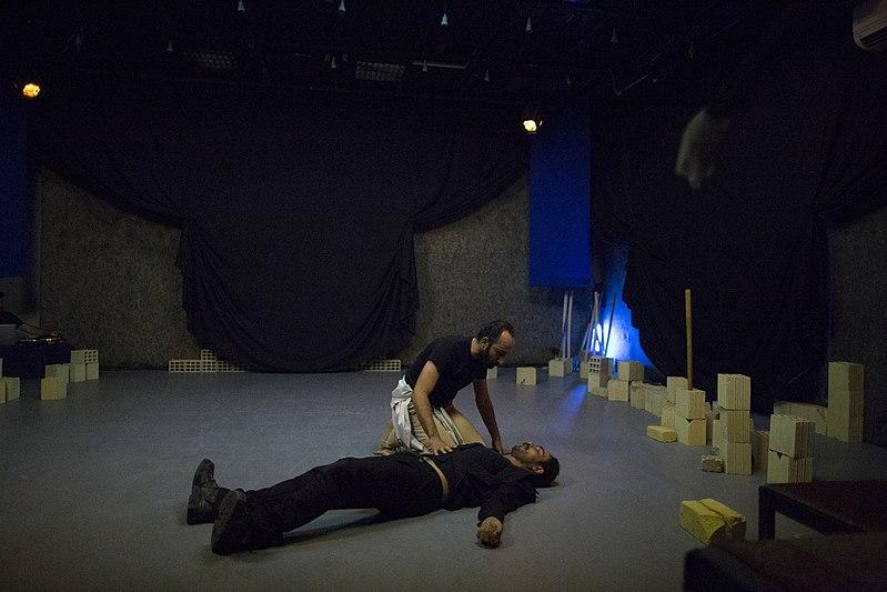 File:نمایش هملت در قم به کارگردانی علی علوی و گروه تئاتر گاراژ به روی صحنه رفت hamlet Garage Theater qom 02.jpg