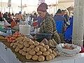 057 Buxoro Markaziy Bozori, mercat central de Bukharà, venedora de patates i cebes.jpg