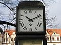 10.11 Uhr Reklameuhr mit Uhrwerk von Telenorma am Schlossplatz in Celle vor dem Celler Schloss,.jpg